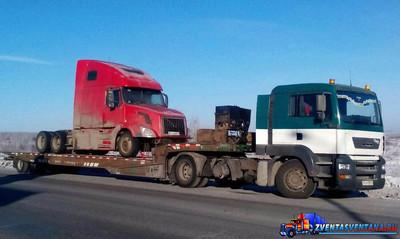 В центре Москвы эвакуатор уронил грузовик на автомобиль